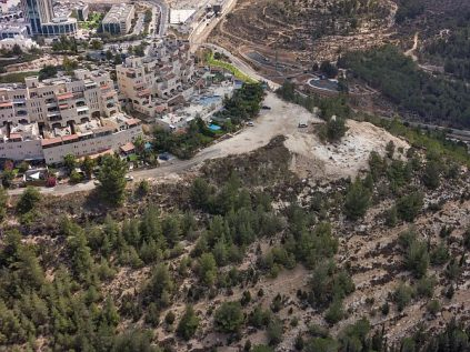 Aerial photograph of the excavation site - at left in the background is the Jerusalem Technology Park