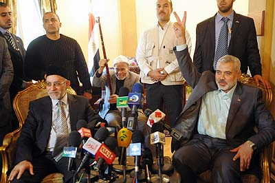 Egypt's Muslim Brotherhood leader Mohammed Badie (L) talks during a news conference with senior Hamas leader Ismail Haniyeh during their meeting at the headquarters of the Muslim Brotherhood movement in Cairo December 26, 2011.