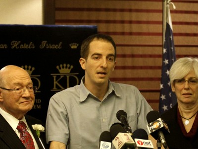 U.S. Congressman Gary Ackerman, Ilan Grapel, and Grapel's mother at a press conference