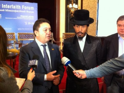 Ukrainian Member of Parliament and President of the Ukrainian Jewish Committee Oleksandr Feldman and hip hop star Shyne speak with the media at the Global Winds of Change conference in Kiev.