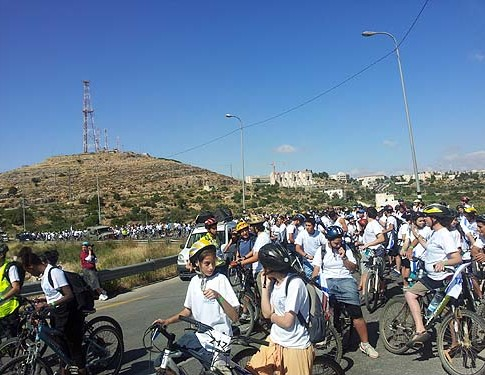 Hundreds of cyclists participated on Sunday morning in the ninth annual bicycle ride from Hebron to Jerusalem