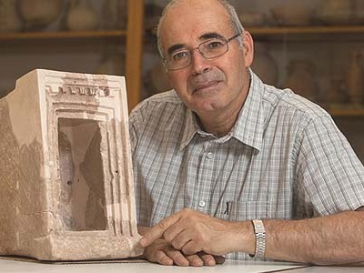 Prof. Yosef Garfinkel with one of the two small containers, one of clay and one of stone that were unearthed at Khirbet Qeiyafa near Beit Shemesh and are believed to be the first-ever archaeological evidence of a Judean cult dating from the time of Kong David.