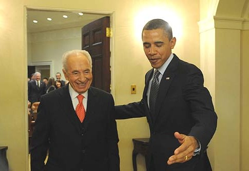 U.S. President Barack Obama (R) with Israeli President Shimon Peres during a meeting in the Oval Office.