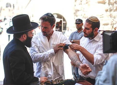 David Arquette putting on tefillin at the Wailing Wall on Monday.