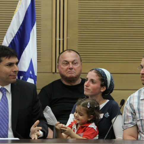 MK Danny Danon holds a special Knesset session with residents of the Ulpana neighborhood.
