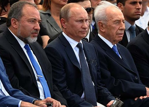 From left: Israeli Foreign Minister Avigdor Liberman, President of the Russian Federation Vladimir Putin, and Israeli President Shimon Peres at monument ceremony.