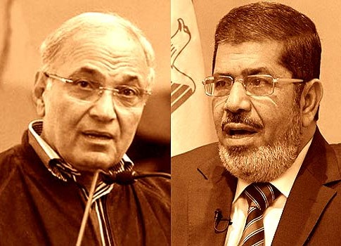 Former prime minister Ahmed Shafiq (L) and Freedom and Justice Party leader Mohamed Mursi.