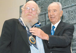 Israeli President Shimon Peres presents Rabbi Adin Steinsaltz with the Presidential Award of Distinction in a ceremony on Monday.