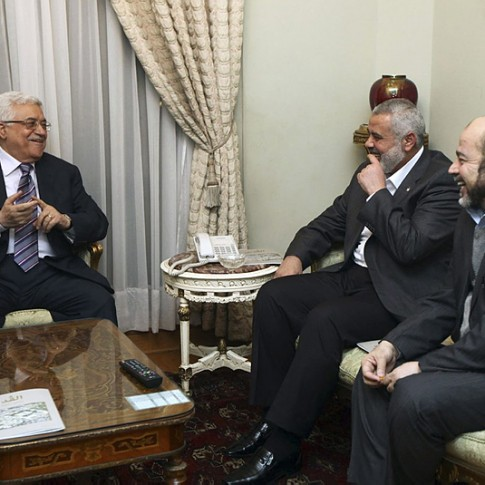 Palestinian President Mahmoud Abbas (L) and Gaza strip de facto Prime Minister Ismael Hanyah (C), during a meeting between Fatah and Hamas in Cairo last February.