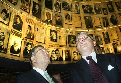 Poland's President Lech Kaczynski (R) in the Yad Vashem Holocaust memorial.