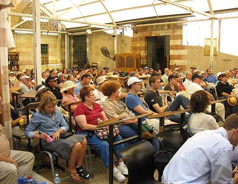 The audience of 140 mostly English-speakers gathered at Me'arat HaMachpelah last Friday.