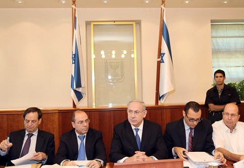 PM Netanyahu at a Cabinet meeting. Moshe Yaalon, far right, presented the 'Incitement Index' to the Cabinet.