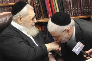 Former Shas minister Shlomo Benizri kissing the hand of Shas siritual leader Rabbi Ovadia Yosef.