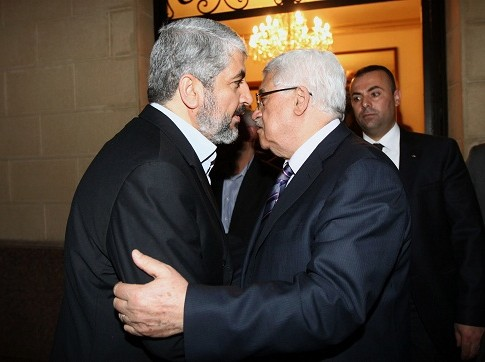 Mahmoud Abbas (L) with Hamas leader Khaled Mashaal
