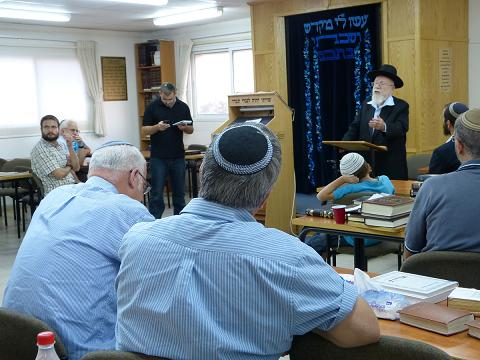 Rabbi Lior speaks in Migron Tazpit