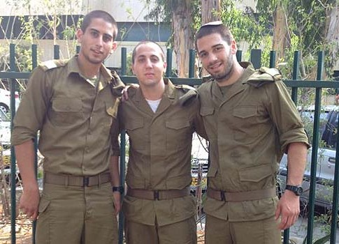 Akiva Goldstein of Lower Merion, PA (Center). Goldstein began his stint with the IDF Paratroopers Brigade last Thursday.