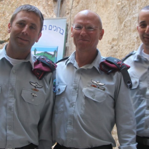 Major General Nitzan Alon (center).
