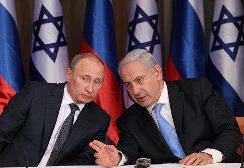 Prime Minister Benjamin Netanyahu (R) with Russian President Vladimir Putin (L) at Netanyahu's residence in Jerusalem on June 25, 2012.