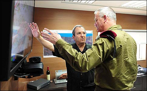 Defense minister Ehud Barak in a meeting with chief of staff Benny Gunz (R).