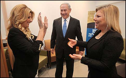 "Benjamin Netanyahu and his wife Sara (R) in the company of singer Sarit Haddad, before an election event at which Haddad praised Bibi: ""You're a cannon!"""