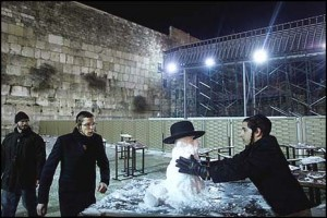Frosty the Snowman at the Kotel. Photo: Yonatan Sindel/Flash90