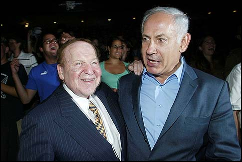 Billionaire businessman Sheldon Adelson (L) with Prime Minister Binyamin Netanyahu, 12 August 2007.