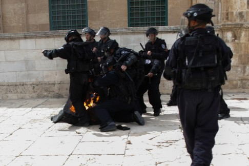 Policeman hit by firebomb on Temple Mount