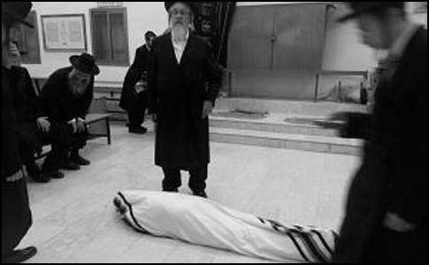 The Neshchizer Rebbe's body laying in his beit midrash in Ashdod.