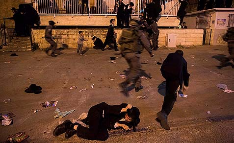 Police clashed with Haredi demonstrated in Jerusalem, May 16, 2013.