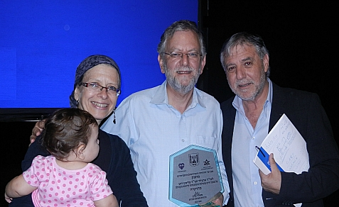 Frimet and Arnold Roth receive from Israel's Minister of Welfare and Social Affairs, Meir Cohen (right), the Minister's Shield for Volunteerism – Lifetime Achievement Award for creating Keren Malki