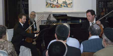 (L-R) Dimitry Olevsky; Rabbi Dovid Lipson; and Maksim Velichkin. They performed at the Los Angeles recital for Kollel Aliyos Shlomo of Yerushalayim. (Photo: Rabbi Arye D. Gordon)