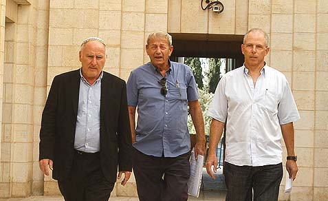 "Lieutenant Colonel (ret) Dan Sion (R), Brig.-Gen. (ret.) Amatzya ""Patzi"" Hen (C) and the author taking a petition to the High Court in Jerusalem on behalf of bereaved families against the Gilad Shalit deal freeing 1,027 Palestinian."