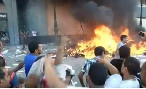 Opponents to the Morsi regime attack Muslim Brotherhood headquarters in Cairo