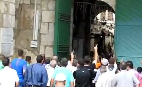 A small mob of around 50 Arab Muslims yell hate slogans at Jews, convincing police to close the holy site to Jews