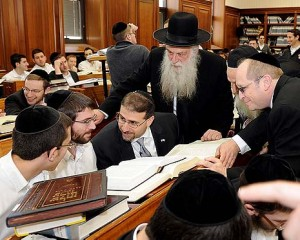 Ambassador Dan Shapiro visiting the Mir Yeshiva in Jerusalem. Photo by Matty Stern / US Embassy / FLASH90