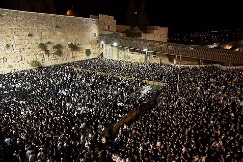 Tens of thousands gathered at the kotel to pray for Rav Ovadia, September 29, 2013.