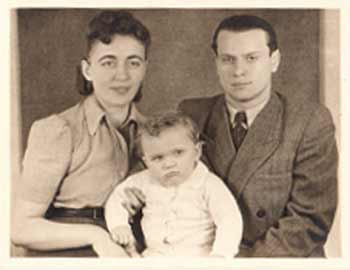 Helen (Regina) and Shlomo (Severin) Schlesinger with the author. The photo was taken in 1948 in Regensberg, Germany.