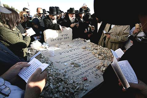 A memorial ceremony marking the murders of Rabbi Gavriel and Rivka Holtzberg. A retired CIA terrorism expert points an accusing finger at Pakistan's secret service.