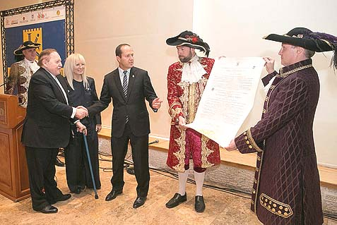 Sheldon Adelson (L), his wife and the mayor of Jerusalem in a completely unrelated picture with guys in 18th century costumes.