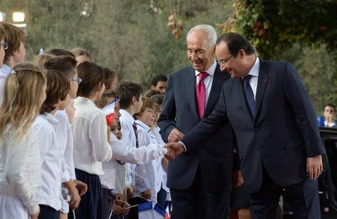 French president Francois Hollande (right), Israeli President Shimon Peres and children during a welcoming ceremony at the president's residence in Jerusalem.