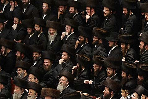 A crowd of Vizhnitzer Chassidim (on Purim). The Rebbe decreed: no cameras in his wedding ceremonies.