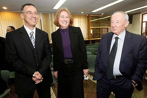 Justice Minister Tzipi Livni (C) with fellow leftwingers, Attorney General Yehuda Weinstein (R) and State Prosecuter Shai Nitzan (L)