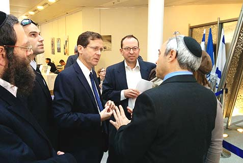 Ptil Tekhelet co-founder Dr. Baruch Sterman (right) welcomes MK Isaac Herzog, Rabbi Dr. Herzog's grandson, to the conference.