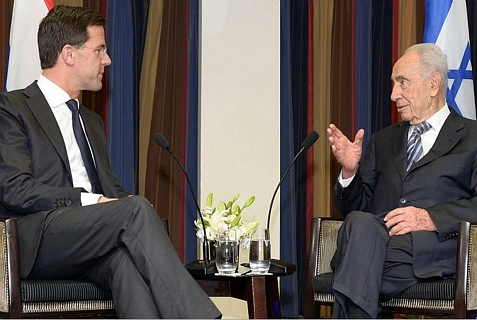 Dutch Prime Minister Mark Rutte (L) at the President's Residence in Jerusalem, with Israel's President Shimon Peres, Dec. 8, 2013