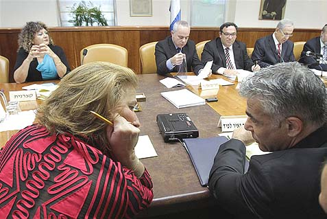 Ministers Tzipi Livni Perry and Yair Lapid were not included in a recent special cabinet meeting with the Shabac, Israel's internal security service, allegedly because of their ties with the BDS movement.