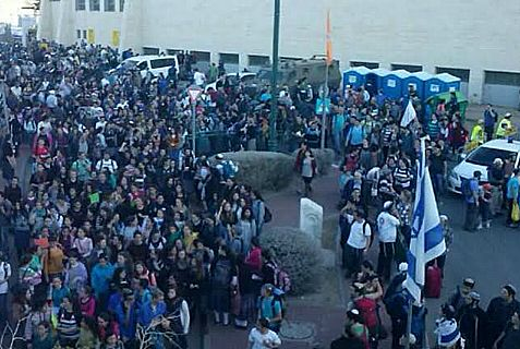 Several thousand marchers, headed by nationalists and Knesset members, on the way to to E-1 in Maaleh Adumim to demand building of new homes for Jews.