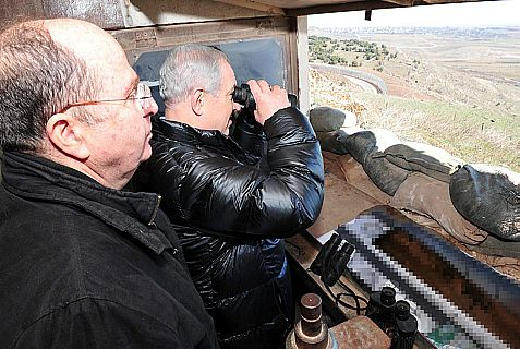 Defense Minister Moshe Ya'alon and Prime Minister Netanyahu during a visit on the Israeli-Syrian border Tuesday.