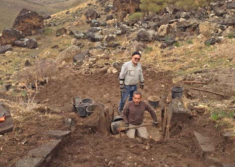 Dr. A. Iermolin (standing) and Dr. M. Eisenberg during the excavation of the first vaulted passage (vomitorium).