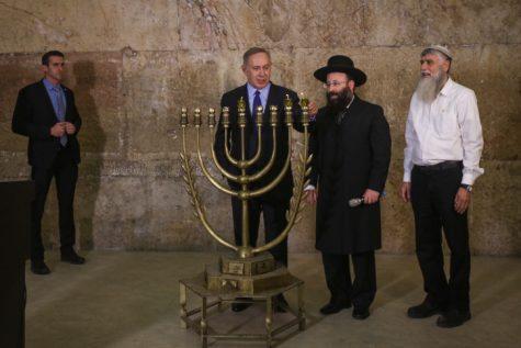 Netanyahu lights Chanukiah at the Kotel 2016