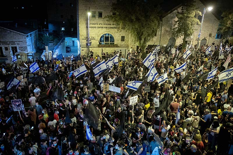 https://www.jewishpress.com/wp-content/uploads/Israelis-protest-against-Prime-Minister-Benjamin-Netanyahu-outside-his-official-residence-in-Jerusalem-August-29-2020..jpg